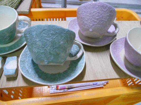 茶泥のソーサーの釉薬が薄すぎ……釉薬を足して焼き直すことに。カップは概ねOK。