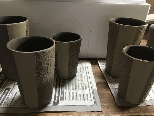 色泥と白泥が完全に混じり合わないようにスポンジ塗り。凸をならす作業は乾きが足りず明日。