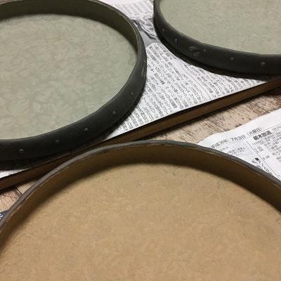 6日 黄と緑の丸平皿の外側に黒泥塗り、ビックリ描き。