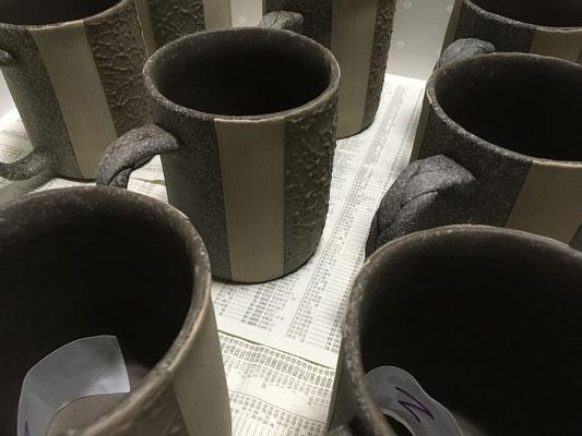 和紙柄アレンジのマグカップの中サイズ、泥仕上げ。