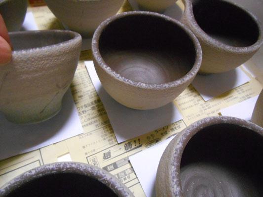 下半分に色泥、上半分に白泥を吹付け。