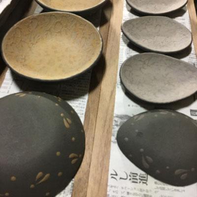 25日 小皿(紫)、丸深皿(黄)の外側に黒泥塗り、ビックリ描き。