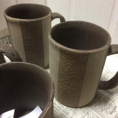 14日 マグカップのスポンジ塗り部分の凸凹ならし(黄系)