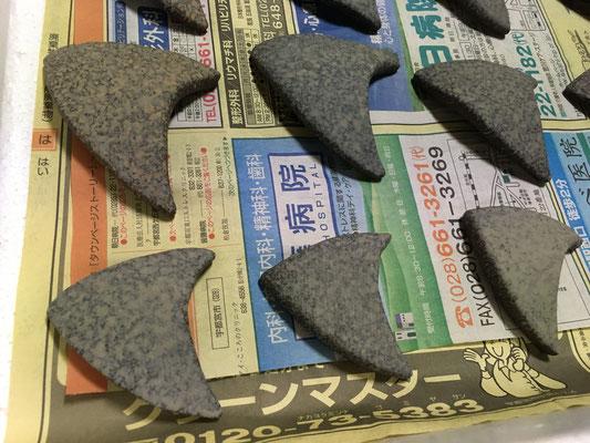 エンゼルフィッシュの箸置きを少しだけ成形し、裏面に地模様の色泥と白泥を吹付け。