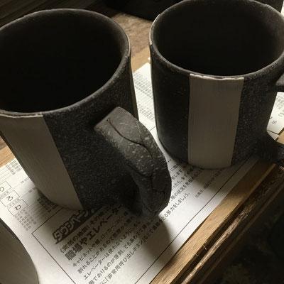 12日 マグカップの色泥刷毛塗りの上に白泥刷毛塗り。