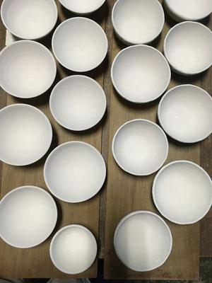 ご飯茶わんの内側にスプレーガンで釉掛け。薄がけ。焼いたら茶色になる予定。