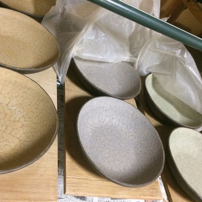 30日 丸鉢(サラダボウル)の内側に色泥(3色)と白泥のスポンジ塗り。