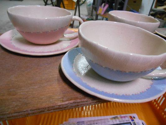 ブルーとピンクは好まれるがリクエストが無ければ作らないだろう……カップとソーサーの相性が良くないのがいくつか。