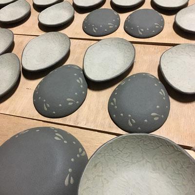 29日 混合緑泥の小皿、豆皿、丸深皿の外側に黒泥塗り、ビックリ描き。