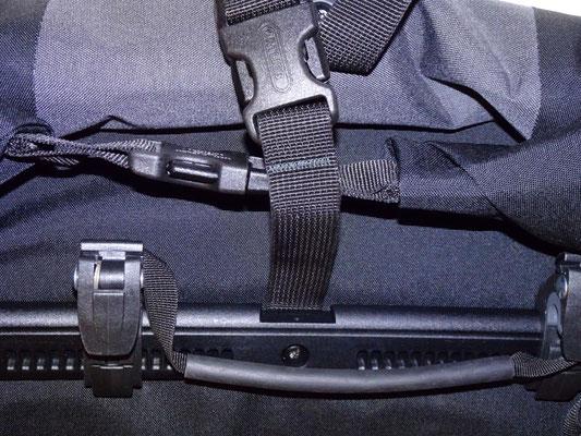 """Neues Backpacker-Modell mit längerem Riemenstück, """"missbräuchlich"""" angefertigt aus dem Trageriemen"""