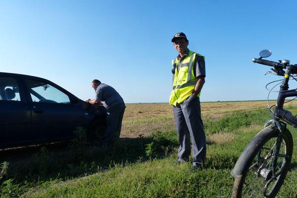 Da kam ein Dacia. Politia, oho. Man notierte meinen Pass und wünschte einen guten Weg: Drum bun!