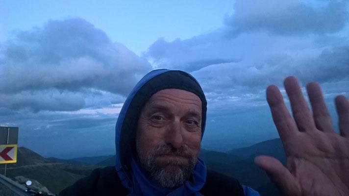 """Oben war es schließlich nur noch kalt und windig. Ich stürzte hinab in den nächsten """"Wintersportort"""" und fand ein Zimmer mit heißer Dusche. Göttlich!"""