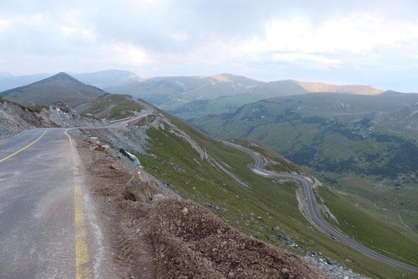 Doch um so höher ich kam, desto mehr zog es sich hin. Nach dem Urdele-Pass auf 2145 m folgten 200 hm Abfahrt und ein erneuter Anstieg zu einem weiteren namenlosen Pass auf 2175 m (ganz hinten im Bild zu sehen).
