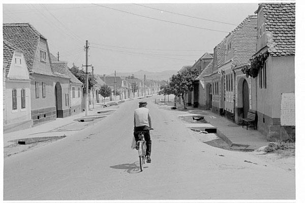 1988 sahen die Dörfer kaum anders aus. Nur gab es keine Autos. Und merkwürdigerweise auch keine Hunde. Eine bleierne Stille lastete über dem Land.