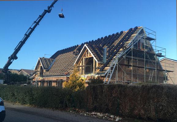 Nach dem Bau der Gauben werden die Dachpfannen geliefert