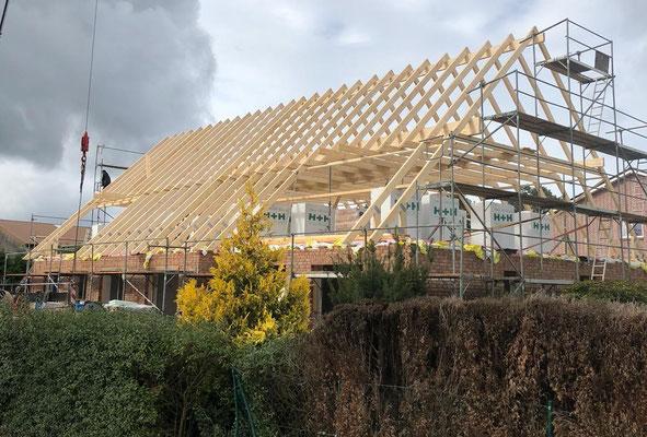Dachrohbau mit Bau des Holzständerwerkes