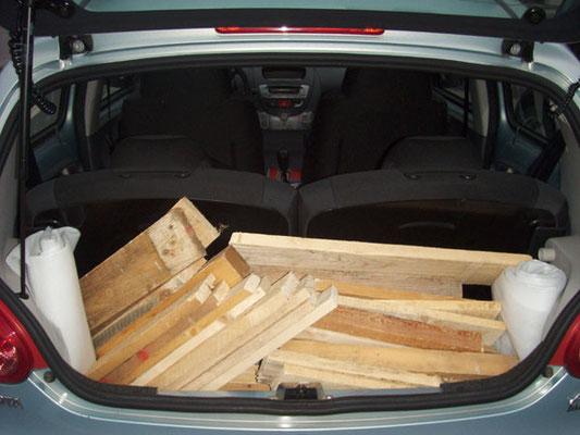 Im kleinsten Toyota der Welt brachte Vlado die Holzelemente