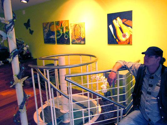 Palme vor Vlados Bilder im Glasgeschenksgalerie Just.In in Vaduz