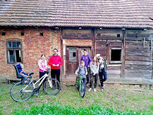 Martin Živica s obitelji i djecom Franje Matešina pred kućom u kojoj je rođen Vlado Franjević. Copyright: Franjo Matešin