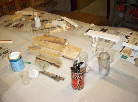 Hier wurden die Holzstücke und manche schwarze Mücken bemalt