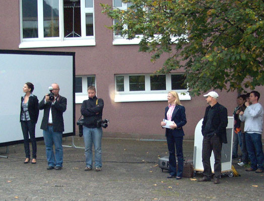 Kulturministerin Dr. Aurelia Frick steht neben Arno Oehri