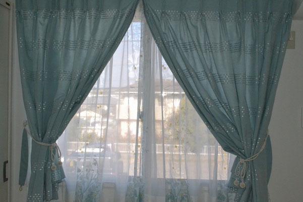 こちらのカーテンはブルー系の特注品。