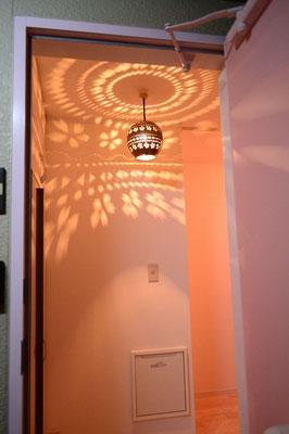 玄関照明は武雄の窯元で作らせた特注品。