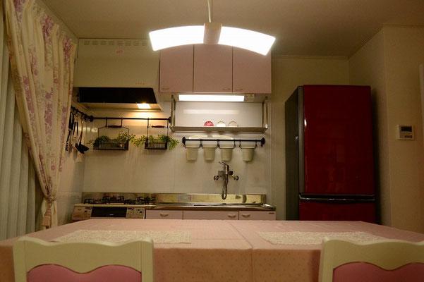 キッチンの壁には調理器具受けを用意