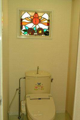 トイレも窓もステンドグラス風窓。