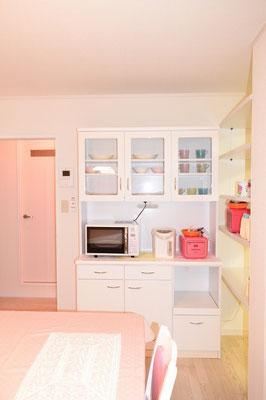 食器棚。電子レンジ、炊飯器、電気ポッド付