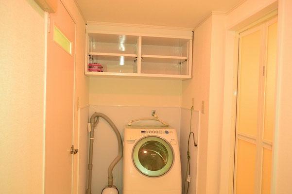 ドラム式洗濯乾燥機付きだから部屋干しナシ。掃除機もあります。上は収納棚