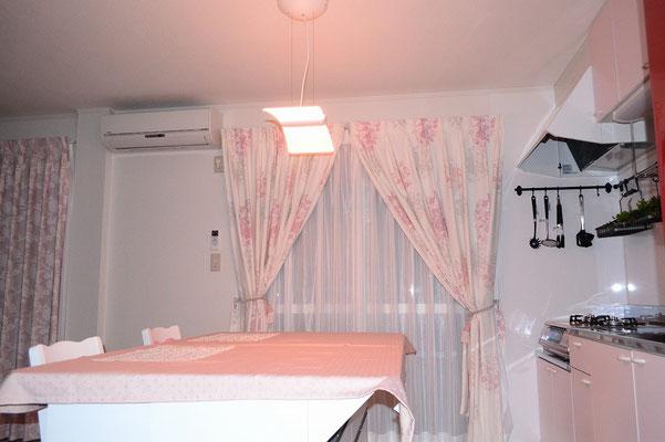 ダイニングテーブルの上の照明はソメイヨシノ、八重桜、通常の灯りと3種類