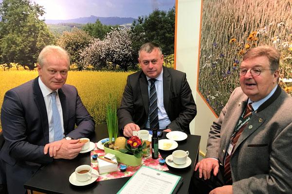 Im Gespräch mit Walter Heidl Vorsitzender Bayerischer Bauernverband und Peter Maske Präsident, Deutscher Imkerbund zu den Möglichkeit der Nahrungsverbesserung für Bienen