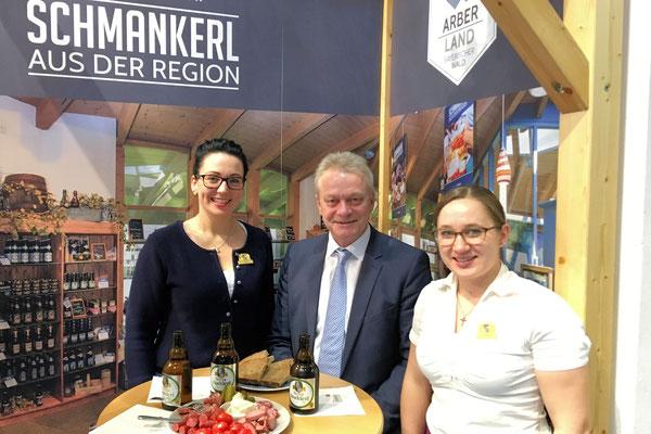 Kulinarische Schmankerl gab es bei den Bayerwald-Botschafterinnen Elisabeth Unnasch und Veronika Neumaier am Stand der Arberland Region