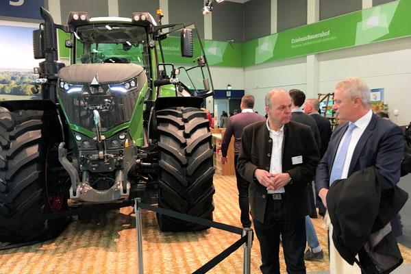 Im Gespräch mit dem Vertreter der Firma Fendt informierte ich mich über die Digitalisierung in der Landwirtschaft und Xaver, den Feldroboter der Zukunft