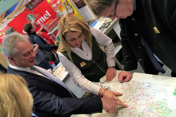 Im Austausch mit Frau Petra Gihl und Herbert Bauer vom Ostbayerischen Tourismusverband