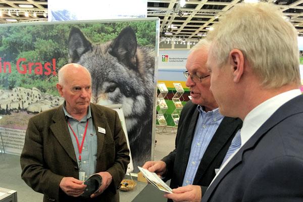 Im Austausch mit dem Uelzener Pferdezüchter Hans-Heinrich Oetjen (links) und dem Tierarzt Helmut Wilke (mitte) von der Interessengemeinschaft Deutscher Weidetierhalter