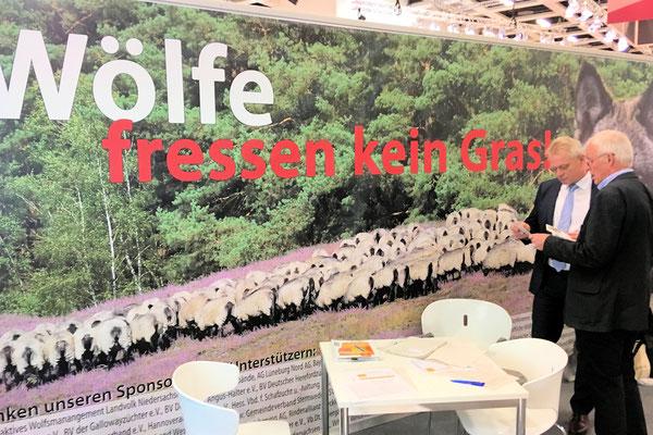 """Mit der Kampagne """"Wölfe fressen kein Gras"""" will die Interessevertretung Weidetierhalter Deutschland auf die große Gefahr durch den Wolf aufmerksam machen."""