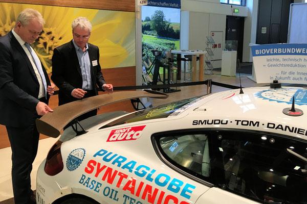 Wie vielseitig nachwachsende Rohstoffe sein können, konnte ich an den Bioverbundwerkstoff des Porsches GT 4 begutachten. So werden viele Teile an diesem Fahrzeug aus Pflanzenphasern und nicht mehr aus Carbon hergestellt