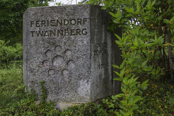 Gedenkstein des Feriendorfs Twannberg