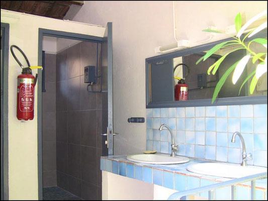 Douches et lavabos du camping de Six Fours