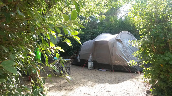 Camping Six Fours : Emplacement Poirier