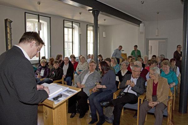 Zahlreiche Besucher erwarteten gespannt den Vortrag Uwe Schwarz'