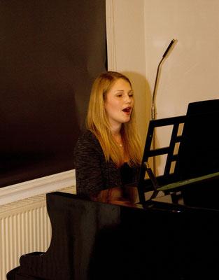 Sarah Dammerboer begleitete den Abend am Klavier