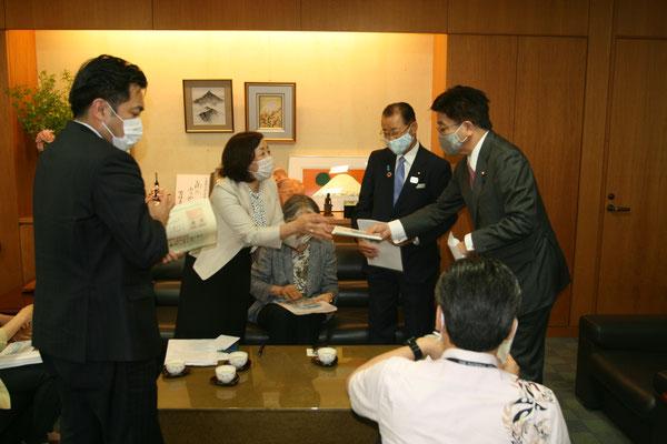 加藤大臣に引継ぎシート・ケアラー手帳を手渡す