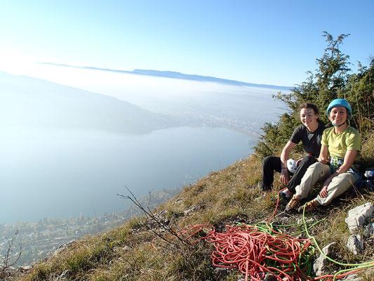 Nadine et Thibeaut au sommet de la voie, avec le Lac d'Annecy omniprésent