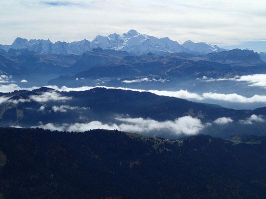 Vue imprenable sur le Massif du Mt-Blanc, au-dessus des brumes