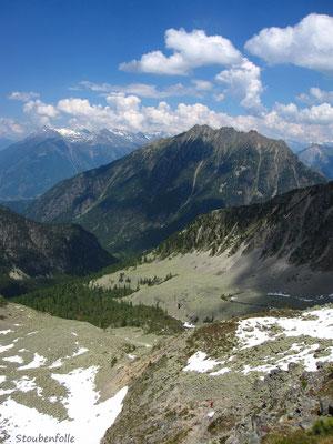 Départ du Val d'Arpette avec les gros sacs, la cabane n'a pas encore ouvert.