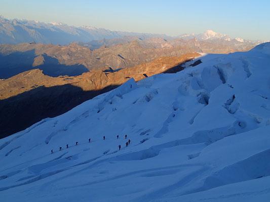 Crevasses et cordées sur le Glacier del Lys