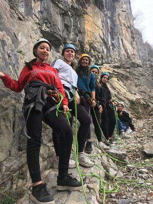 Prêtes pour continuer en falaise verticale